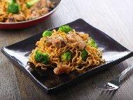 Пържено пилешко филе (гърди) с оризови нудли и сос терияки в уок